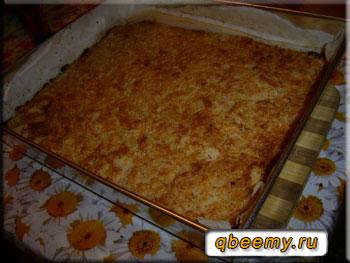 Яблочно-манный пирог на подносе